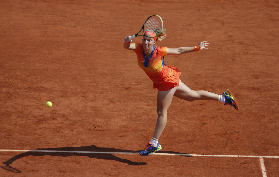 Photo - Russia's Svetlana Kuznetsova returns the ball to Petra Kvitova of the Czech Republic during their third round match of  the French Open tennis tournament at the Roland Garros stadium, in Paris, France, Saturday, May 31, 2014. (AP Photo/Michel Spingler)