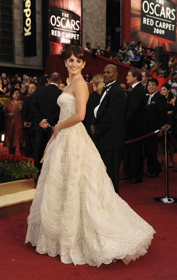 Photo - ** LINDA MILLER'S COMMENTARY: At first glance, I didn't like this dress. Love it now. Detailing is exquisite. The gown is vintage Balmain from 1950.      ** Spanish actress Penelope Cruz, nominated for an Oscar for best actress in a supporting role for her work in