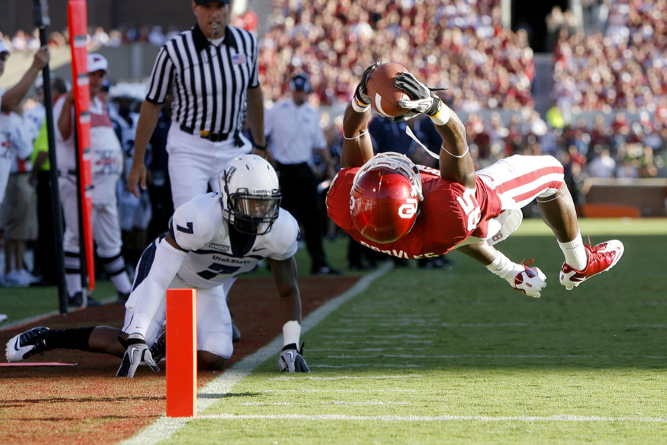 Photo - OU's Ryan Broyles scores a touchdown in front of Utah State's Chris Randle during the first half of the college football game between the University of Oklahoma Sooners (OU) and Utah State University Aggies (USU) at the Gaylord Family-Oklahoma Memorial Stadium on Saturday, Sept. 4, 2010, in Norman, Okla.   Photo by Bryan Terry, The Oklahoman ORG XMIT: KOD