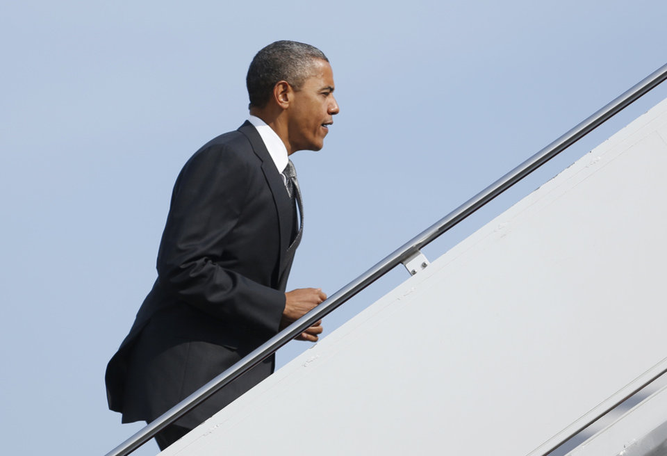 Photo -   President Barack Obama boards Air Force One, Monday, Sept. 17, 2012, at Andrews Air Force Base, Md., en route to Ohio. (AP Photo/Carolyn Kaster)