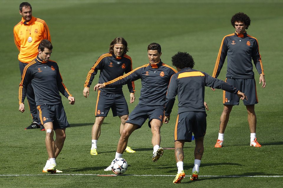 Photo - Real players pass the ball during a training session in Madrid, Spain, Tuesday, April 22, 2014. Real Madrid will face Bayern Munich in a first leg semifinal Champions League soccer match on Wednesday. (AP Photo/Gabriel Pecot)