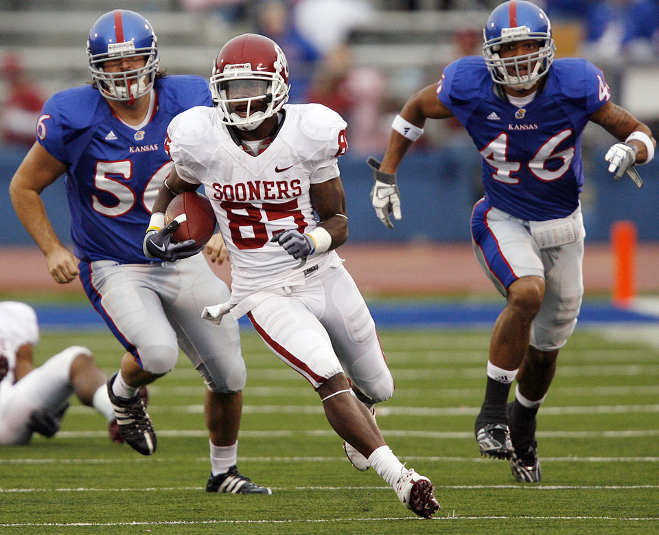 Photo - Oklahoma's Ryan Broyles (85) out runs the Kansas defense during the second half of the college football game between the University of Oklahoma Sooners (OU) and the University of Kansas Jayhawks (KU) on Saturday, Oct. 24, 2009, in Lawrence, Kan. Oklahoma won the game 35-13. Photo by Chris Landsberger, The Oklahoman