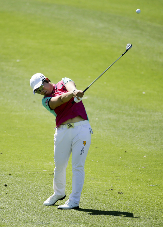 Photo - Jiyai Shin, of South Korea, chips to the green on the ninth hole during the first round at the LPGA Kraft Nabisco Championship golf tournament Thursday, April 3, 2014, in Rancho Mirage, Calif. (AP Photo/Chris Carlson)