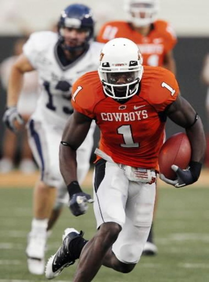 Photo - OSU's  Dez  Bryant runs after a catch in the second quarter during the college football game between Oklahoma State University (OSU) and Rice University at Boone Pickens Stadium in Stillwater, Okla., Saturday, Sept. 19, 2009. Photo by Nate Billings