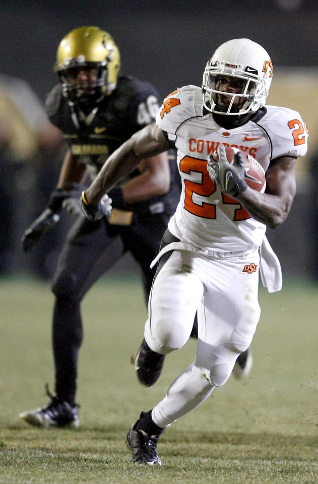 Photo - OSU's Kendall Hunter runs for a touchdown during the college football game between Oklahoma State University and the University of Colorado at Folsom Field in Boulder, Colo., Saturday, Nov. 15, 2008. BY BRYAN TERRY, THE OKLAHOMAN