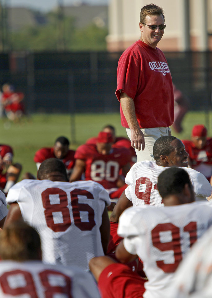 Photo - UNIVERSITY OF OKLAHOMA / COLLEGE FOOTBALL: Oklahoma head coach Bob Stoops talks with his players before an OU football practice in Norman, Okla., Thursday, August 13, 2009. Photo by Bryan Terry, The Oklahoman ORG XMIT: KOD