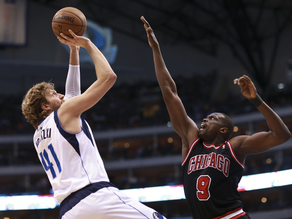 Dallas Mavericks forward Dirk Nowitzki (41), of Germany, shoots on Chicago Bulls forward Luol Deng (9) during the second half of an NBA basketball game, Saturday, March 30, 2013 in Dallas. Mavericks won 100-98. (AP Photo/Michael Mulvey)