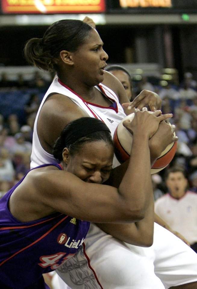 Photo - Phoenix Mercury forward Le'coe Willingham, left, and Sacramento Monarchs center Courtney Paris battle for the ball during the second quarter of a WNBA basketball game in Sacramento, Calif., Friday, June 12, 2009. (AP Photo/Rich Pedroncelli) ORG XMIT: CARP102