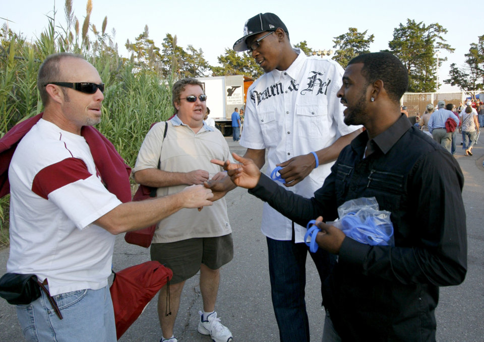 Photo - FUNDRAISER / FUNDRAISING: John Jameson, left, and Chip Livesay talk with Kevin Durant and John Lucas III outside of the zoo concert. The Oklahoma City Thunder NBA basketball team teamed with Feed the Children to collect donations and pass out wrist bands before the Robert Plant and Alison Krauss benefit concert for the victims of Hurricane Ike, Friday, Sept 26, 2008. BY DOUG HOKE, THE OKLAHOMAN ORG XMIT: KOD