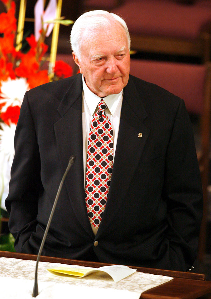 Photo - MEMORIAL: Chuck Fairbanks speaks at the funeral for Jack Mildren at McFarlin United Methodist Church in Norman, Oklahoma on Tuesday, May 27, 2008.   BY STEVE SISNEY, THE OKLAHOMAN