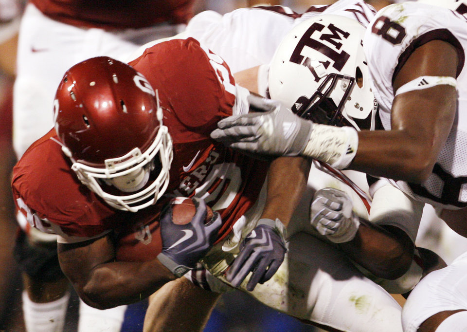 Photo - Chris Brown scores during the first half of the college football game between the University of Oklahoma Sooners (OU) and the Texas A&M at the Gaylord Familiy-Oklahoma Memorial Stadium on Saturday, Oct. 31, 2009, in Norman, Okla.