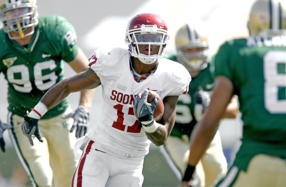 OU's Mossis Madu runs between Baylor defenders in the second of the college football game between Oklahoma (OU) and Baylor University at Floyd Casey Stadium in Waco, Texas, Saturday, October 4, 2008.   BY BRYAN TERRY, THE OKLAHOMAN ORG XMIT: KOD