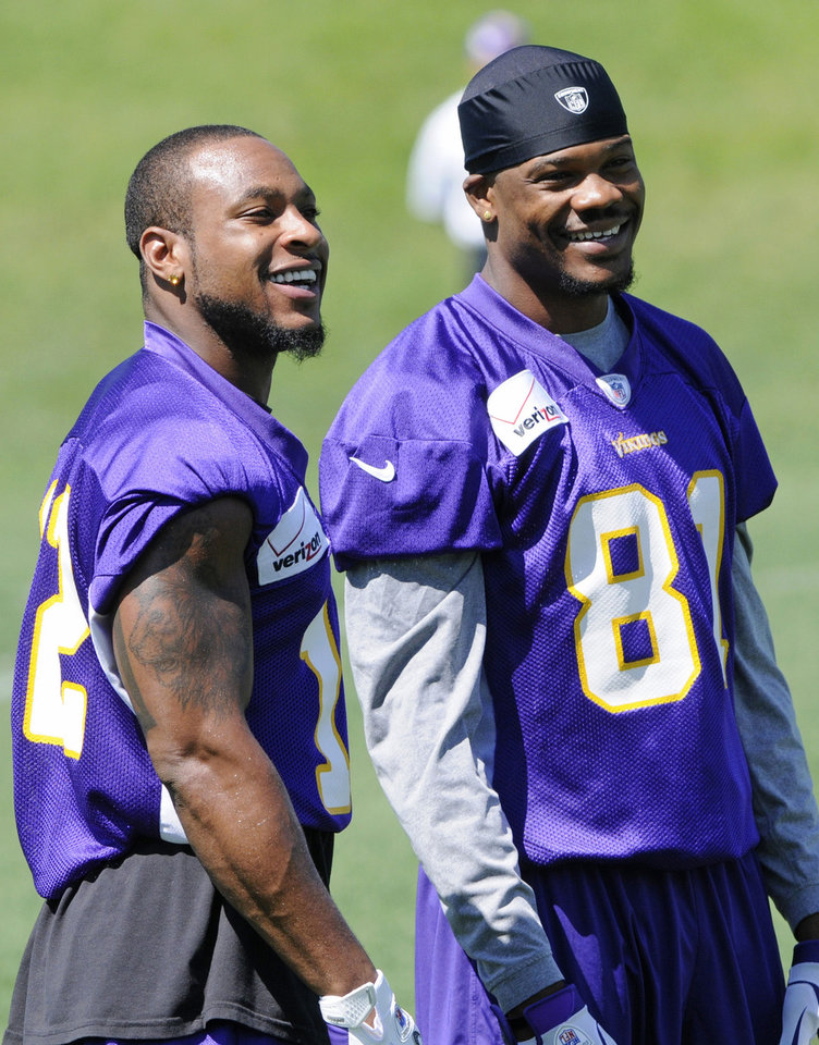 Photo -   Minnesota Vikings wide receivers Percy Harvin, left, and Jerome Simpson enjoy a break during NFL football practice, Thursday, June 21, 2012, in Eden Prairie, Minn. Harvin has asked to be traded, saying earlier in the week he was upset with the team but not elaborating. (AP Photo/Jim Mone)