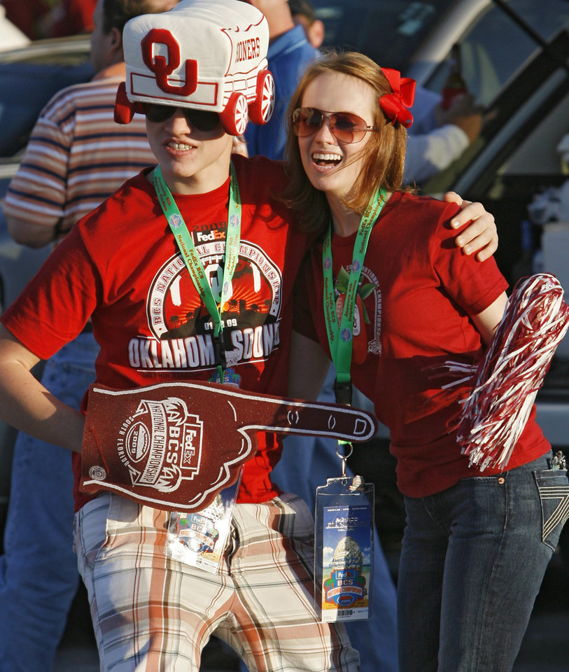 Photo - Sooner fans Robert and Elizabeth Miracle pose for photos before the BCS National Championship college football game between the University of Oklahoma Sooners (OU) and the University of Florida Gators (UF) on Thursday, Jan. 8, 2009, at Dolphin Stadium in Miami Gardens, Fla.   PHOTO BY CHRIS LANDSBERGER, THE OKLAHOMAN
