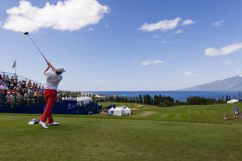 Photo - Webb Simpson drives on the first tee during the third round of the Tournament of Champions golf tournament, Sunday, Jan. 5, 2014, in Kapalua, Hawaii. (AP Photo/Marco Garcia)