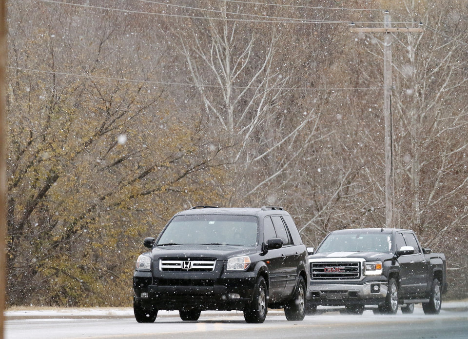Photo - Traffic moves east on 15th street near Coltrane in Edmond Sunday, November 24, 2013. Photo by Doug Hoke, The Oklahoman