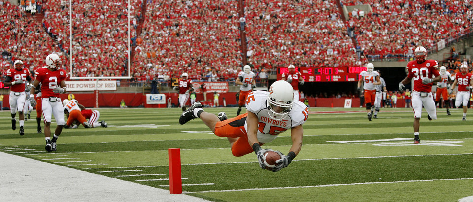 Photo - Seth Newton of OSU dives for a touchdown during the college football game between Oklahoma State University (OSU) and the University of Nebraska at Memorial Stadium in Lincoln, Neb., on Saturday, Oct. 13, 2007. By Bryan Terry, The Oklahoman    ORG XMIT: KOD