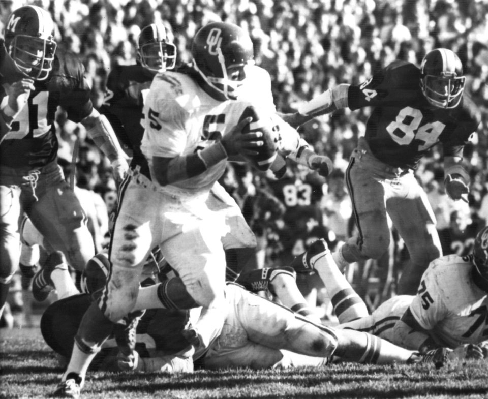 Photo - In this Nov. 15, 1975 file photo, University of Oklahoma quarterback Steven Davis (5) sweeps for a 15-yard gain against Missouri in Columbia, Mo. A University of Oklahoma official says the starting quarterback for Oklahoma's national championship teams in 1974 and 1975 is one of two men killed when a small plane slammed into a house in northern Indiana. St. Joseph County Coroner Randy Magdalinski identified the victims of Sunday's march 17, 2013 crash as 60-year-old Steven Davis and 58-year-old Wesley Caves, both of Tulsa, Okla. (AP Photo/The Oklahoman, Jim Arego, File)