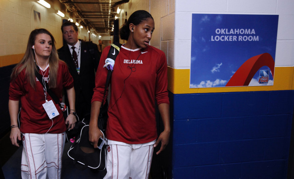 Photo - University of Oklahoma arrive for their game against Louisville at the 2009 NCAA women's basketball tournament Final Four in the Scottrade Center in Saint Louis, Missouri on Sunday, April 5, 2009. 