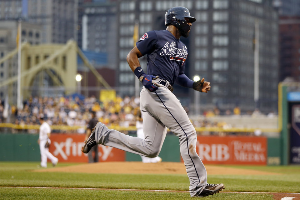 Photo - Atlanta Braves' Jason Heyward scores on a hit by Justin Upton in the first inning of the baseball game against the Pittsburgh Pirates on Wednesday, Aug. 20, 2014, in Pittsburgh. (AP Photo/Keith Srakocic)