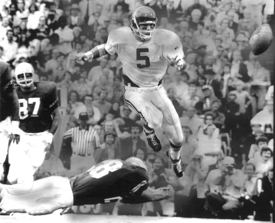 Photo - UNIVERSITY OF OKLAHOMA, COLLEGE FOOTBALL, OU SOONERS, 10/13/73. OU quarterback Steve Davis pitches out on a 10-yard play against Texas in Dallas as the Sooners beat the Longhorns 52-13.  Staff photo taken 10/13/73. File:  Football/OU/OU-Texas/Steve Davis/1973