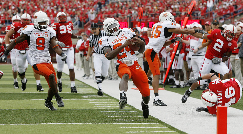 Photo - Kendall Hunter of OSU scores a touchdown during  the college football game between Oklahoma State University (OSU) and the University of Nebraska at Memorial Stadium in Lincoln, Neb., on Saturday, Oct. 13, 2007. By Bryan Terry, The Oklahoman