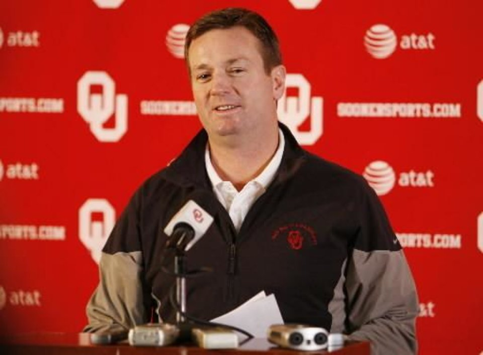 Photo - OU Sooner head coach Bob Stoops talks about his commitments on high school signing day at the Stadium Club of Gaylord Family -- Oklahoma Memorial Stadium at the University of Oklahoma in Norman, Okla. on Wednesday, Feb. 4, 2009. Photo by Steve Sisney