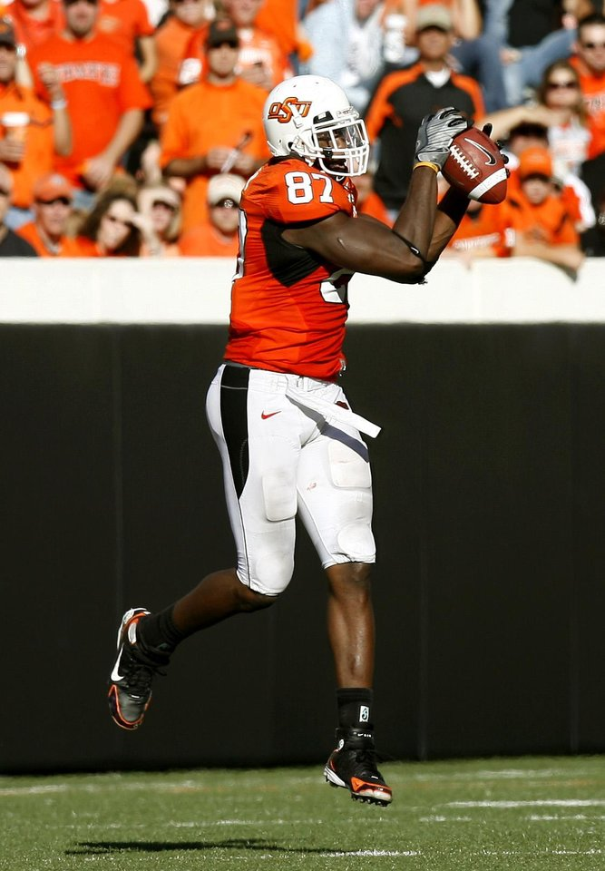 Photo - CATCH: OSU'S Brandon Pettigrew (87) catches a pass at the Oklahoma State University (OSU) college football game with Baylor University (BU) at Boone Pickens Stadium in Stillwater, Okla. Saturday, Oct. 18, 2008. BY SARAH PHIPPS, THE OKLAHOMAN. ORG XMIT: KOD