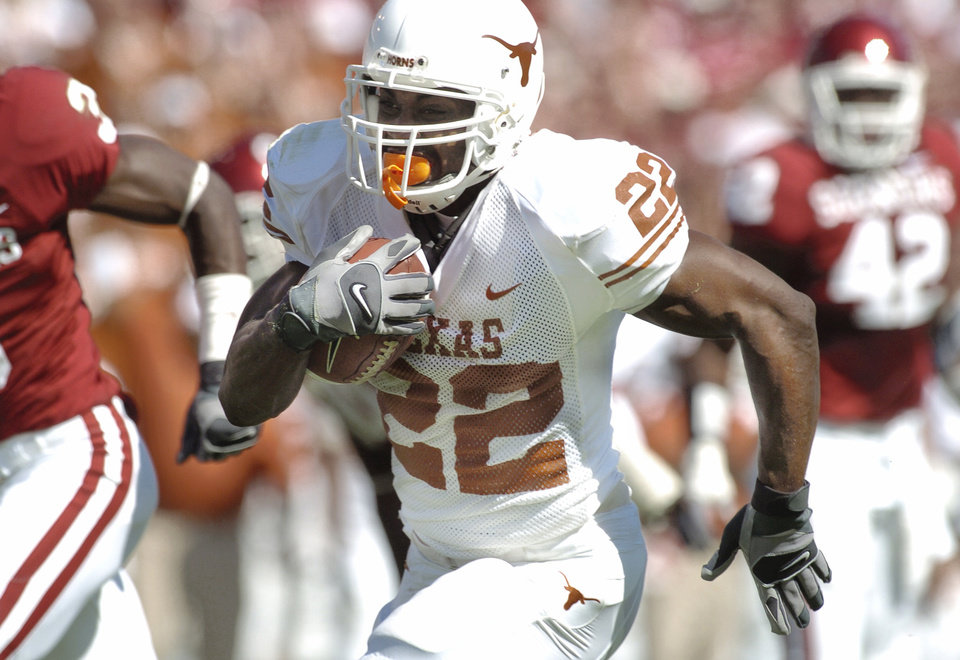 Photo - Texas running back Selvin Young (22) scores on a run in the first quarter during the University of Oklahoma Sooners (OU) college football game against the University of Texas (UT), in the Red River Shootout at the Cotton Bowl, on Saturday, Oct. 7, 2006, in Dallas, Texas,     by Bill Waugh, The Oklahoman  ORG XMIT: KOD