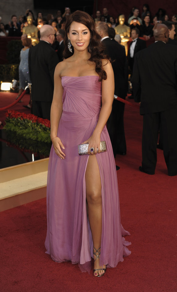 Photo - ** LINDA MILLER'S COMMENTARY:  Great color, great slit.     ** Alicia Keys arrives for the 81st Academy Awards Sunday, Feb. 22, 2009, in the Hollywood section of Los Angeles. (AP Photo/Chris Pizzello) ORG XMIT: CAKV142