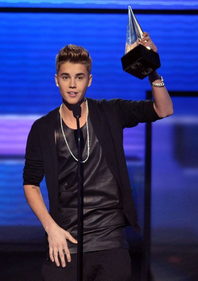 Photo -   Justin Bieber accepts the award for favorite male artist - pop/rock at the 40th Annual American Music Awards on Sunday Nov. 18, 2012, in Los Angeles. (Photo by John Shearer/Invision/AP)
