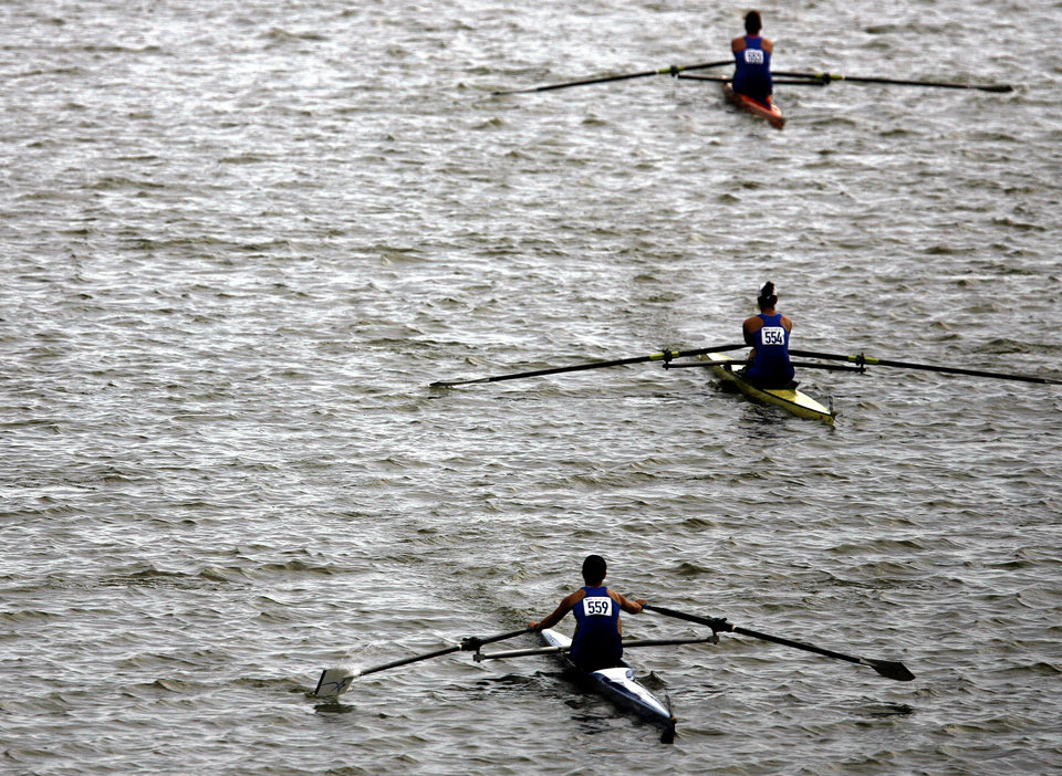 OKLAHOMA CITY UNIVERSITY / ROWING: Rowers move toward the start line on the Oklahoma River at the OCU Head of the Oklahoma Regatta, part of the 2008 Oklahoma Regatta Festival, in Oklahoma City, Sunday, Oct. 5, 2008.  PHOTO BY SARAH PHIPPS, THE OKLAHOMAN  ORG XMIT: KOD