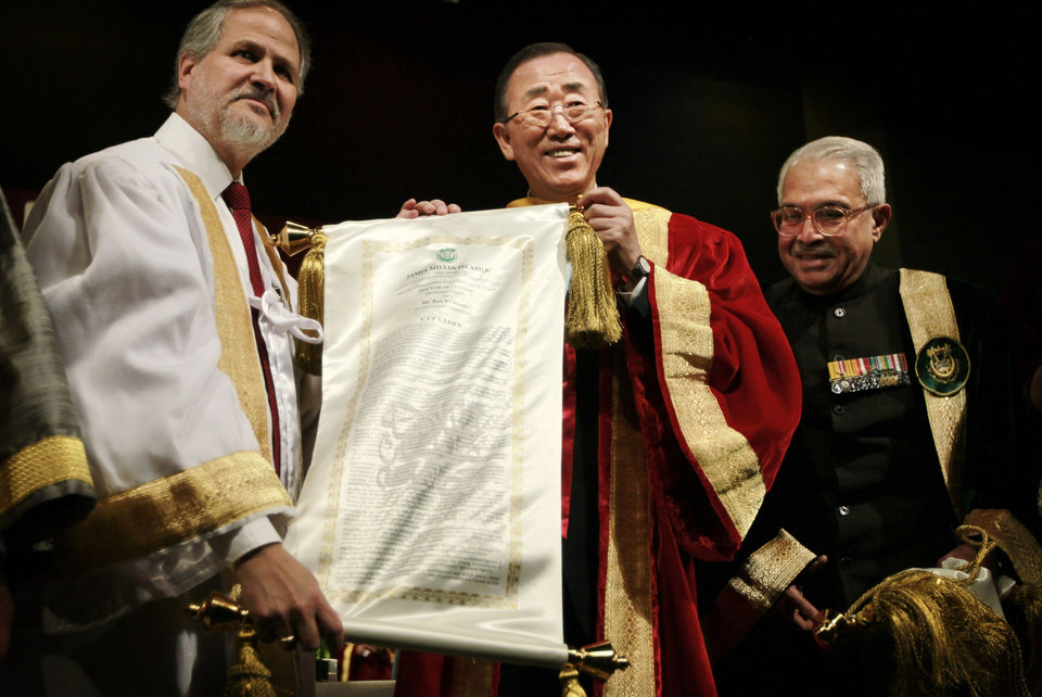 Photo -   U.N. Secretary-General Ban Ki-moon, center, is conferred the degree of Doctor of Letters, or Honoris Causa, by Chancellor of Jamia Millia Islamia University Mohammad Ahmed Zaki, right, and Vice Chancellor Najeeb Jung in New Delhi, India, Friday, April 27, 2012. Ban is on a three-day official visit to India. (AP Photo/Saurabh Das)