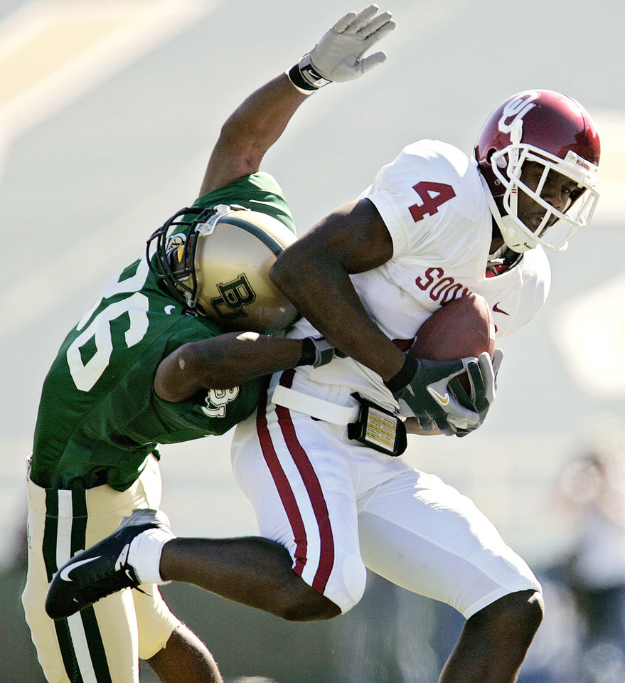 Photo - Oklahoma's Malcolm Kelly (4) makes a reception over Baylor's James Todd (36) in the first half during the University of Oklahoma Sooners (OU) college football game against Baylor University Bears (BU) at Floyd Casey Stadium, on Saturday, Nov. 18, 2006, in Waco, Texas.     by Chris Landsberger, The Oklahoman