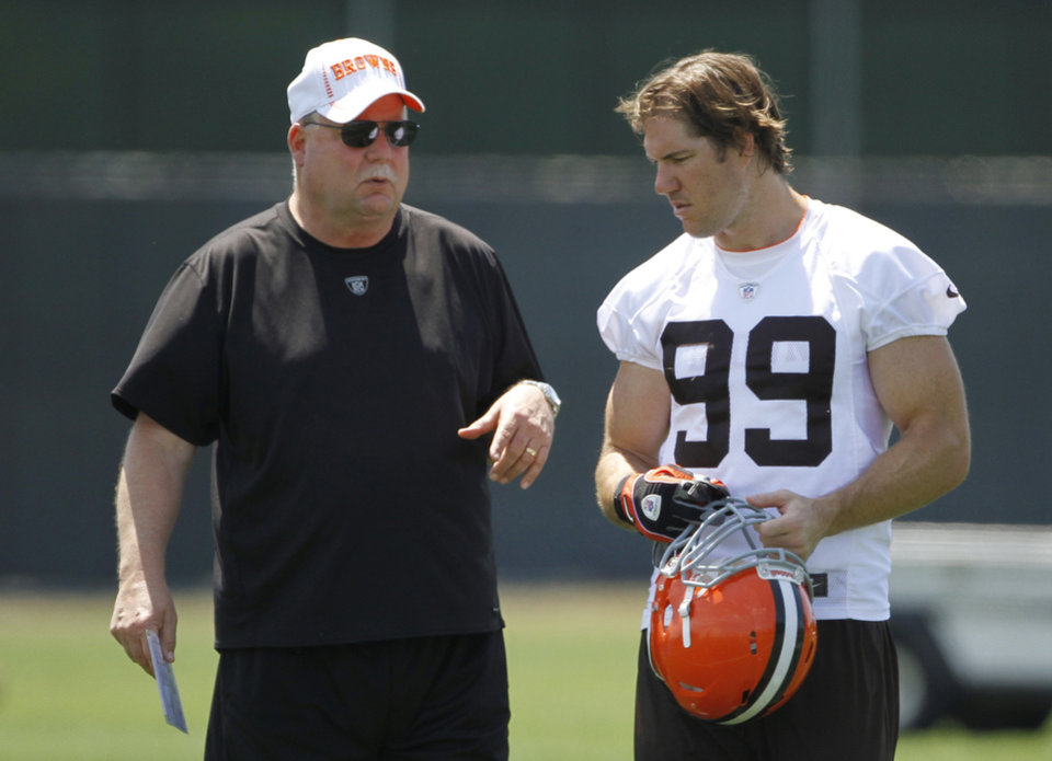 Photo -   FILE - In this June 7, 2012 file photo, Cleveland Browns president Mike Holmgren, left, talks with linebacker Scott Fujita after an off-season practice at the NFL football team's headquarters in Berea, Ohio. Holmgren says there are no plans