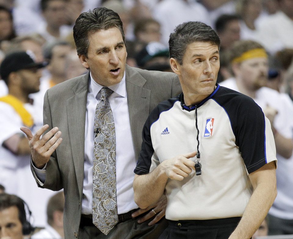 Photo -   Los Angeles Clippers head coach Vinny Del Negro argues his point with referee Scott Foster, right, in the second half of Game 5 of a first-round NBA basketball playoff series against the Memphis Grizzlies on Wednesday, May 9, 2012, in Memphis, Tenn. The Grizzlies won 92-80. (AP Photo/Mark Humphrey)