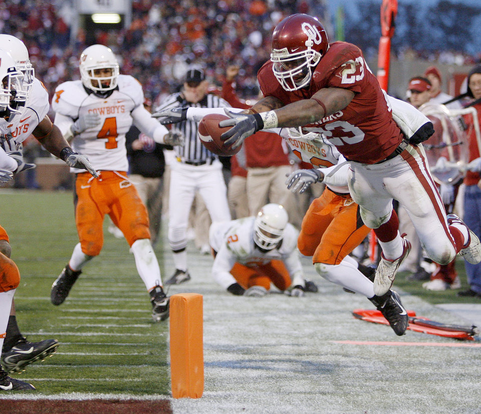 Allen Patrick of OU dives for the end zone but was ruled out of bounds during the second half of the Bedlam college football game between the University of Oklahoma Sooners (OU) and the Oklahoma State University Cowboys (OSU) at the Gaylord Family -- Oklahoma Memorial Stadium on Saturday, Nov. 24, 2007, in Norman, Okla.  Photo By Bryan Terry, The Oklahoman