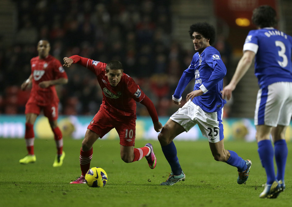 Southampton's Gaston, left, struggles to control the ball as Everton's Marouane Fellaini puts him under pressure during their English Premier league soccer match at Southampton's St Mary's stadium in Southampton, England, Monday, Jan. 21, 2013.(AP Photo/Alastair Grant)