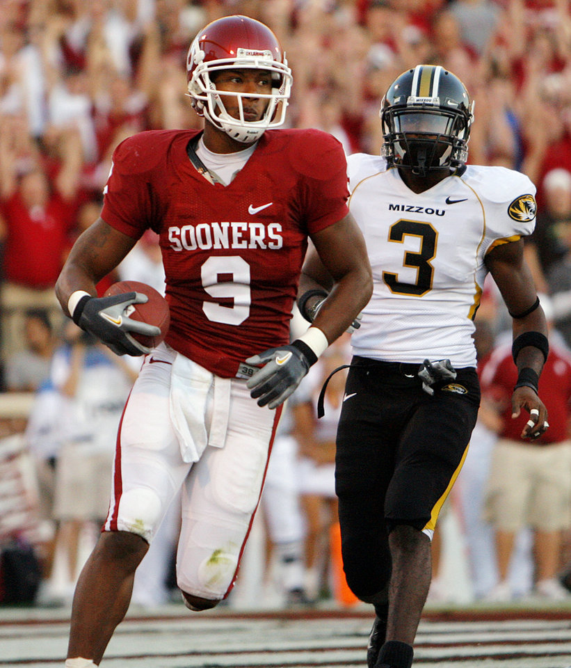 Photo - Oklahoma's Juaquin Iglesias (9) scores a touchdown on a reception in the back of the end zone in front of Missouri's Darnell Terrell (3) during the first half of the college football game between  the University of Oklahoma Sooners (OU) and the University of Missouri Tigers (MU) at the Gaylord Family -- Oklahoma Memorial Stadium on Saturday, Oct. 13, 2007, in Norman, Okla.  By CHRIS LANDSBERGER, The Oklahoman  ORG XMIT: KOD