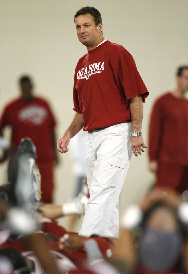 Photo - OU SPRING FOOTBALL: Head Coach Bob Stoops walks among players during stretching exercises on the first day of spring practice for the University of Oklahoma (OU) football team on Wednesday, March 5, 2008 in Norman, Oklahoma.  BY STEVE SISNEY, THE OKLAHOMAN ORG XMIT: KOD