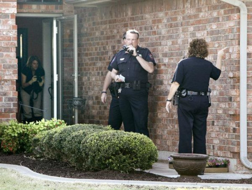 Photo - Yukon Police investigate a shooting at 317 Sunrise in Yukon, OK, involving a Piedmont policeman who shot a suspect trying to break into his home, Tuesday, April 19, 2011. By Paul Hellstern, The Oklahoman ORG XMIT: KOD