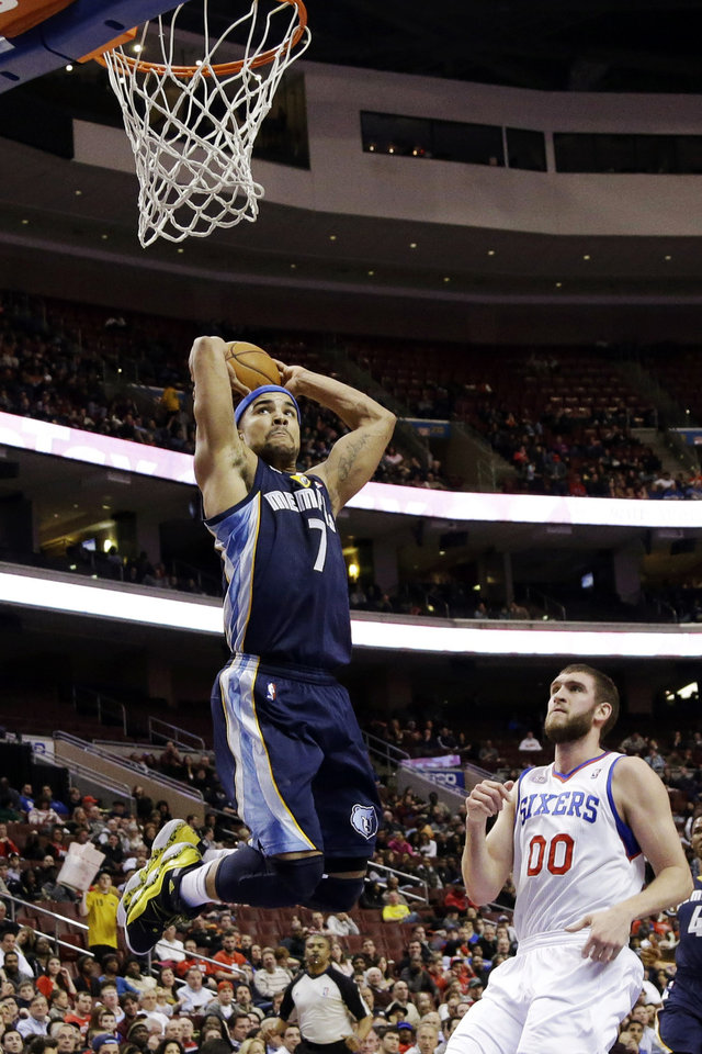 Memphis Grizzlies\' Jerryd Bayless (7) goes up for a dunk past Philadelphia 76ers\' Spencer Hawes during the first half of an NBA basketball game, Monday, Jan. 28, 2013, in Philadelphia. (AP Photo/Matt Slocum)