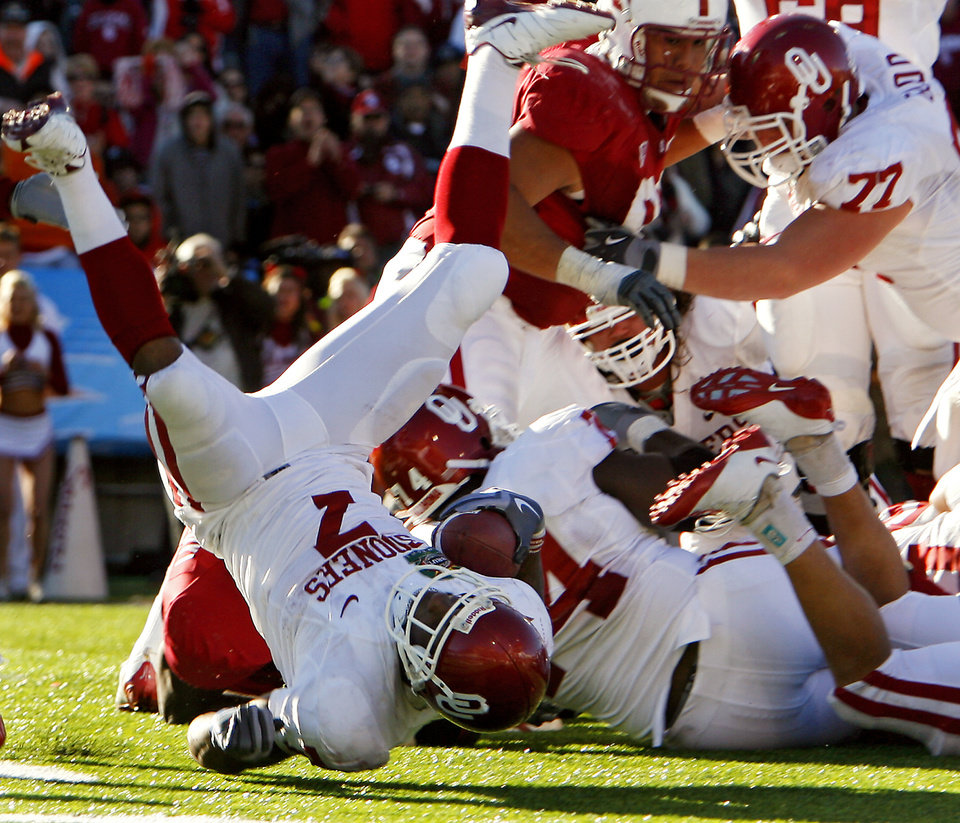 Photo - Oklahoma's DeMarco Murray (7) flips into the endzone to score the game winning touchdown during the second half of the Brut Sun Bowl college football game between the University of Oklahoma Sooners (OU) and the Stanford University Cardinal on Thursday, Dec. 31, 2009, in El Paso, Tex.   Photo by Chris Landsberger, The Oklahoman