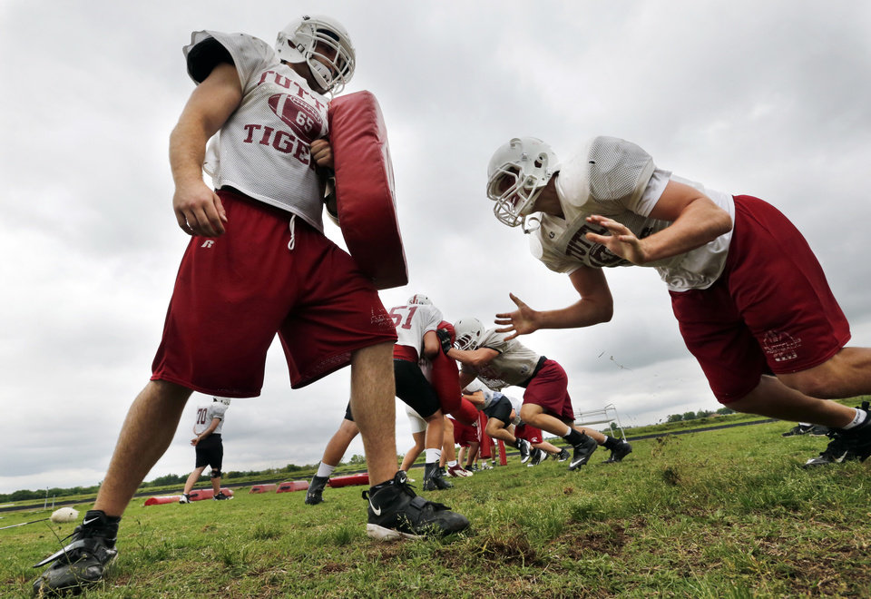 Photo - TUTTLE HIGH SCHOOL FOOTBALL / SPRING FOOTBALL: Players Hunter Thomas, left, and Nick Mills go through spring football drills on Thursday, May 16, 2013, in Tuttle, Okla.  Photo by Steve Sisney, The Oklahoman
