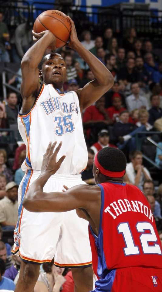 Photo - Kevin Durant of the Thunder shoots over Al Thornton of the Clippers in the first half of the NBA basketball game between the Oklahoma City Thunder and the Los Angeles Clippers at the Ford Center in Oklahoma City, Wednesday, Nov. 19, 2008. BY NATE BILLINGS, THE OKLAHOMAN