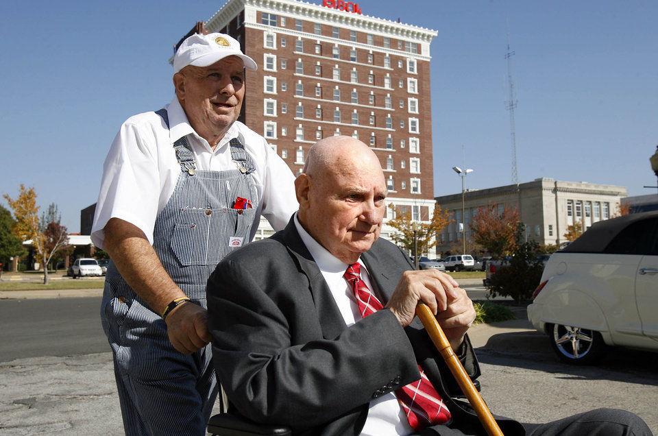 Photo - GENE STIPE COMPENTENCY HEARING:  Gene Stipe is wheeled out of the federal courthouse in Muskogee, Okla. during a lunchbreak on mon. 5 Nov. 2007.  The man pushing Stipe refused to give his name.    ROBERT S. CROSS/Tulsa World ORG XMIT: KOD