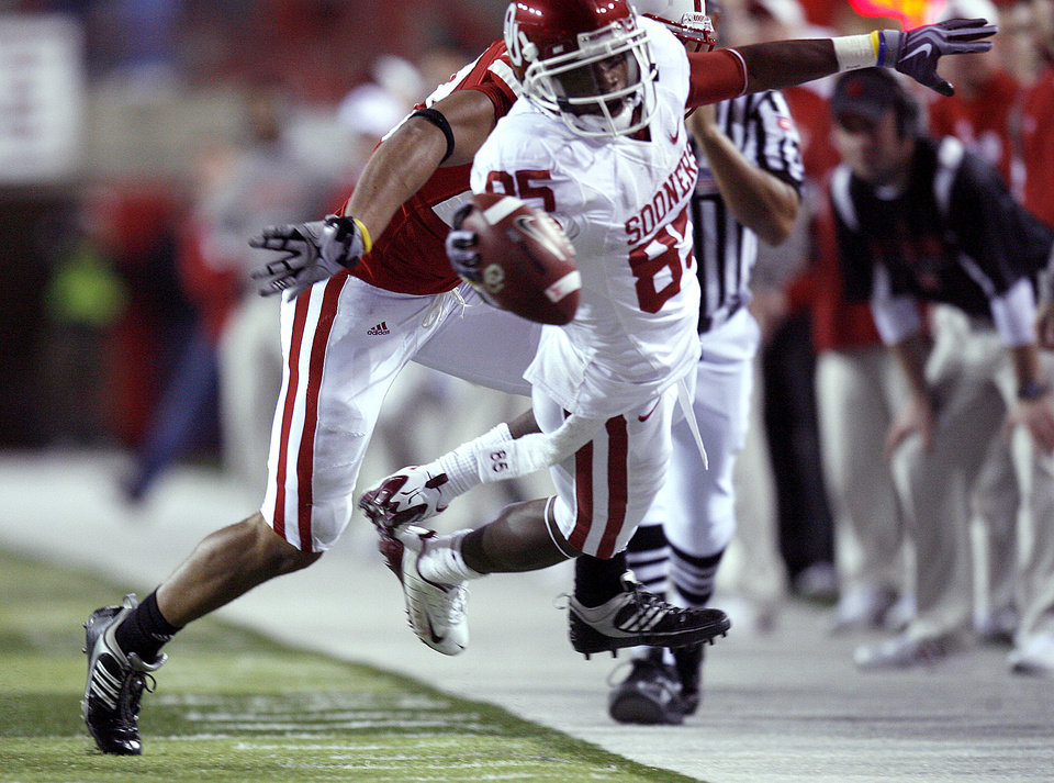 Photo - OU's Ryan Broyles (85) stretches for a first down during the second half of the college football game between the University of Oklahoma Sooners (OU) and the University of Nebraska Cornhuskers (NU) on Saturday, Nov. 7, 2009, in Lincoln, Neb. Photo by Sarah Phipps, The Oklahoman