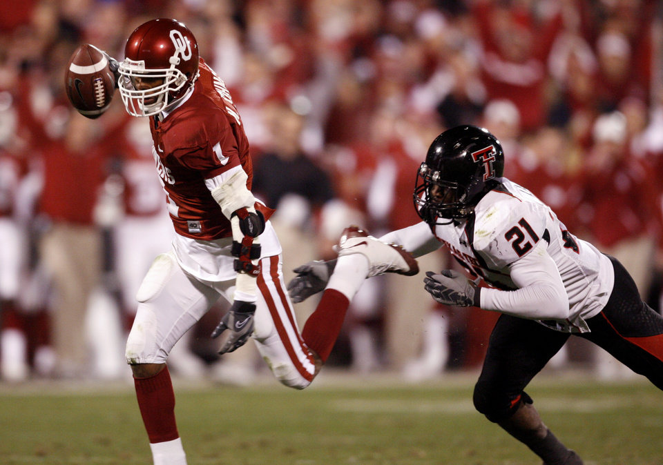 Photo - OU receiver Manuel Johnson heads to the end zone for a touchdown during the second half of the college football game between the University of Oklahoma Sooners and Texas Tech University at the Gaylord Family -- Oklahoma Memorial Stadium on Saturday, Nov. 22, 2008, in Norman, Okla.   BY STEVE SISNEY, THE OKLAHOMAN