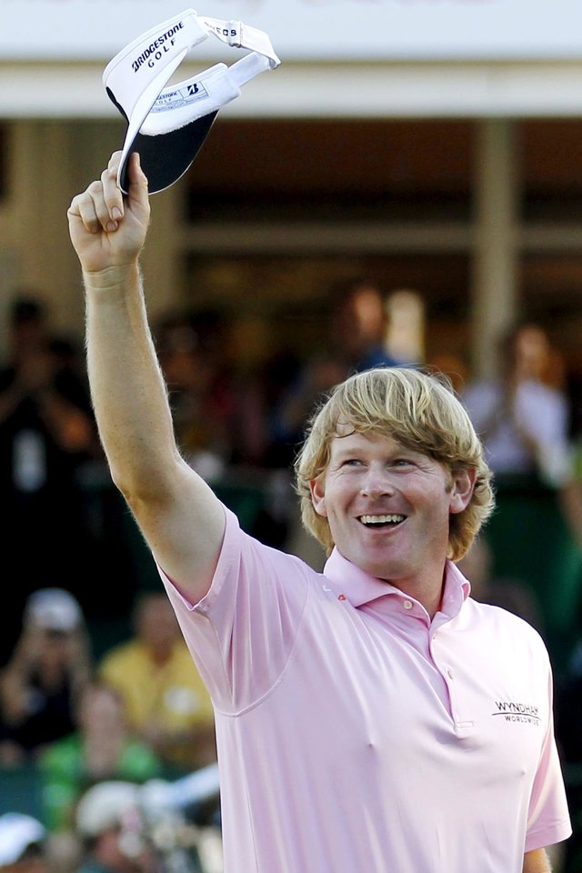Photo -   Brandt Snedeker waves to the crowd after winning the Tour Championship golf tournament and the FedEx Cup, Sunday, Sept. 23, 2012, in Atlanta. (AP Photo/John Bazemore)