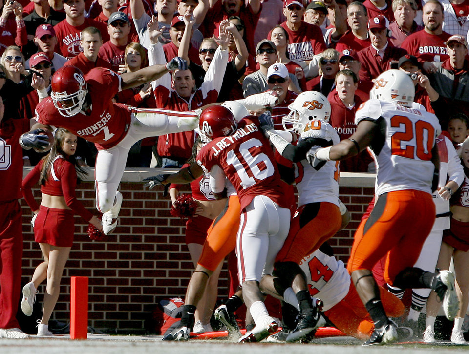 Photo - OU's DeMarco Murray (7) scores a touchdown during the first half of the Bedlam college football game between the University of Oklahoma Sooners (OU) and the Oklahoma State University Cowboys (OSU) at the Gaylord Family-Oklahoma Memorial Stadium on Saturday, Nov. 28, 2009, in Norman, Okla. Photo by Sarah Phipps, The Oklahoman